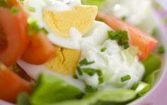 Σαλάτα με αυγά και σάλτσα γιαουρτιού