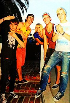 Wow, they all are wearing converse but is Riker wearing vans? That's cool!! :)