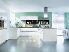 Mint war in den 50er Jahren eine sehr beliebte Wandfarbe und erlebt heute wieder sein Comeback. Kombiniert mit grauem Betonboden und einer weißen Küche