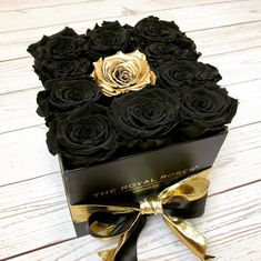The Royal Roses® rose box- The Royal Roses® Rosenbox Are you looking for a unique piece of jewelry for your Christmas table? Royal Cube Box: Infinity M FRAME www. Luxury Flowers, Diy Flowers, Pretty Flowers, Flower Box Gift, Flower Boxes, Billion Roses, Beautiful Roses, Cute Gifts, Flower Arrangements