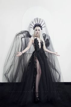 Gothic and Amazing: Photo Dark Beauty, Gothic Beauty, Dark Fashion, Gothic Fashion, Style Fashion, Pretty Dresses, Beautiful Dresses, Gothic Mode, Fantasy Gowns