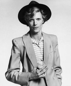 English singer, musician and actor David Bowie with dyed red hair and a mustard yellow suit photographed for a magazine in Los Angeles, circa David Bowie Birthday, New York City, Iman Cosmetics, Mick Ronson, Fabulous Quotes, Glam Rock, David Jones, Videos, Supermodels