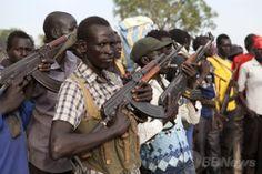 南スーダンのナシル(Nasir)での集会に参加する反政府の民兵組織「白い軍隊(White Army)」のメンバーら(2014年4月14日撮影)。(c)AFP/ZACHARIAS ABUBEKER ▼22Apr2014AFP 南スーダンに崩壊の危機、反乱軍との戦闘激化 http://www.afpbb.com/articles/-/3013204 #Nasir #WhiteArmy