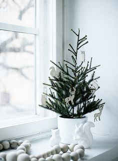 Scandinavian Christmas decoration in the window with Christmas tree. Decorations Christmas, Small Christmas Trees, Noel Christmas, Scandinavian Christmas, Xmas Tree, Simple Christmas, Winter Christmas, Minimalist Christmas, Beautiful Christmas