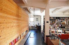 SHSH a transformé un entrepôt à Bruxelles en un loft moderne. Ce loft est si vaste qu'il évoque l'image d'un océan. Les fonctions sont, si nécessaire, enfermées dans des volumes. Point de couloirs et un minimum de cloisons, seul un vaste plateau sur lequel sont dispersées trois îles : la cuisine, les chambres et les sanitaires. Chacune possède sa propre identité. La cuisine est à l'image d'un mécano d'acier inox. Les sanitaires arborent la couleur verte du pull de Shin.