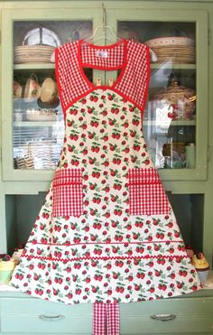 1940 Strawberry/Red gingham apron (vintage look)