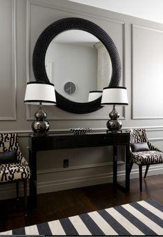 Espelhos, listras e áreas de cores escuras ajudam o ambiente a parecer maior e mais sofisticado, sendo uma boa opção para corredores e espaços pequenos. Encontre o imóvel dos seus sonhos em www.attive.com.br