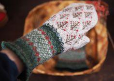 minneの本掲載記念「ラトビアの森のミトン」限定10点オーダー会・再販なし・ Mittens Pattern, Knit Mittens, Knitted Gloves, Knitting Socks, Fingerless Gloves, Hand Warmers, Twine, Free Pattern, Knitting Patterns
