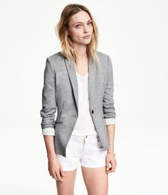 Fitted blazer in jersey with front welt pockets. Vent at back. Lined.