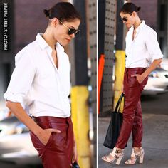 Totally LOVE this outfit. Summer-Appropriate Leather | The Zoe Report Calça de couro vinho. Camisa branca.