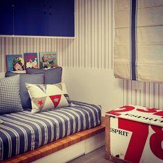 Quarto de menino cheio de cor, listras e vida! {Projeto: Bezamat Arquitetura} #interiores #inspiração #quartodemenino #branco #madeira #azul #vermelho #listras #bezamatarquitetura #interiordesign #inspiration #boyroom