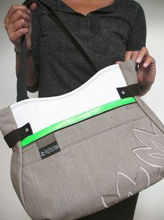BEGY+LATTE+green+detail+SLEVA!+BEGY+je+komfortní+prostorná+taška+´na+šířku´,+je+krásně+prostorná+a+pevná,+se+spoustou+precizně+propracovaných+detailů+z+pevné+rifloviny+béžovo-šedavého+odstínu+s+výšivkoulístků+tón+v+tónu,+s+akcentem+zářivé+zelené+vepředu+velká+kapsa+na+magnet+uvnitř+tmavá+podšívka+v+kombinaci+s+hráškově+zelenou+atři+kapsy,+velká+na+zip... Latte, Green, Bags, Fashion, Handbags, Moda, Fashion Styles, Fashion Illustrations, Bag