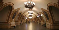 Se você pudesse visitar apenas uma estação de metrô em Moscou, a Kievskaya seria uma escolha bem interessante. Ela está, sem dúvida, entre as mais incríveis da capital russa. A estação foi inaugurada em abril de 1953, quase um mês após a morte de Stálin, e exibe uma opulência quase sem igual no mundo. Nas plataformas que levam aos trens, há paredes de mármore, ornamentos barrocos e o teto é lindamente decorado com afrescos que mostram paisagens e pessoas da Ucrânia (naquela época, russos e…