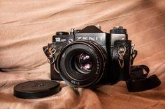 https://flic.kr/p/NscThK | Zenit 12xp | Mi prehistoria. Zenit 12xp De fabricación rusa, Zenit fue una histórica marca que estuvo produciendo cámaras fotográficas hasta 2005 en Moscú. Su peso es considerable pero su óptica (Helios) era muy buena. Mis primeros intentos de hacer buenas fotos fueron con este modelo que me trae buenos recuerdos.