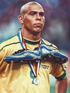 """Ronaldo Brésil : La Nike Mercurial de Ronaldo célèbre ses 15 ans Étrennée par le brésilien Ronaldo lors de la Coupe du Monde 1998, la Nike Mercurial fête ses 15 ans avec un nouveau modèle hommage à l'un des plus grands attaquants de l'histoire du jeu. """"Chaussures ultralégères pour que vos jambes soient aussi rapides que votre imagination"""". Le slogan des Nike Mercurial créées en 1998 ne dépareillerait pas avec le nouveau modèle Mercurial Vapor IX SE commercialisé à partir du 8 mai prochain."""