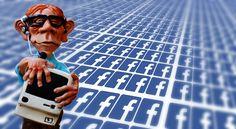 postar no facebook homem segurando computador