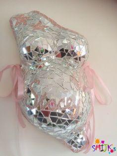 Gipsbuik met mozaiek Belly cast mosaic mirror Gypsum belly with mosaic Belly cast mosaic mirror Pregnant Belly Cast, Pregnant Belly Painting, Belly Cast Decorating, Baby Cast, Belly Art, Mirror Crafts, Belly Casting, Mirror Mosaic, Baby Belly