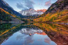 Stany Zjednoczone, Stan Kolorado, Góry Skaliste, Szczyty Maroon Bells, Jezioro Maroon Lake, Jesień, Drzewa, Chmury, Odbicie