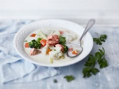 Kalakeitto raikastuu, kun liemen maustaa sitruunaruoholla ja joukkoon lisää runsaasti kasviksia. Kalakeiton liemessä toimii mainiosti rahkainen ruokakerma, sillä se korostaa muiden raaka-aineiden makua.