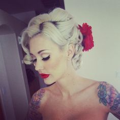Tattoos, red lips, and a vintage Pin-up hair style! Love pin up Formal Hairstyles, Vintage Hairstyles, Pretty Hairstyles, Wedding Hairstyles, Pin Up Hairstyles, Hollywood Hairstyles, Cabelo Pin Up, Peinados Pin Up, Maquillage Pin Up