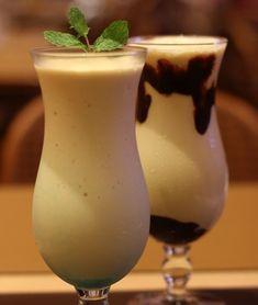VACA AMARELA 4 colheres (sopa) de leite condensado 500ml de refrigerante de guaraná 6 bolas de sorvete de creme (ou outro sabor de sua... Homemade Protein Shakes, Easy Protein Shakes, Protein Shake Recipes, Milk Shakes, Bar Drinks, Alcoholic Drinks, Cocktails, Cocktail Drinks, Meal Replacement Smoothies