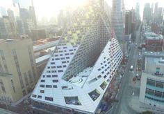Vídeo del rascacielos de BIG en Nueva York. Vídeo del estado de las obras en septiembre 2015 del rascacielos de BIG en Nueva York, más conocido como Via 57 West, o simplemente Pirámide West 57th. Según sus autores, este proyecto residencial pretende ser una fusión entre la manzana cerrada europea y el rascacielos tradicional de Manhattan. El vídeo ha sido realizado por la agencia Darkhorse.  #Actualidad, #Arquitectura, #Vídeos