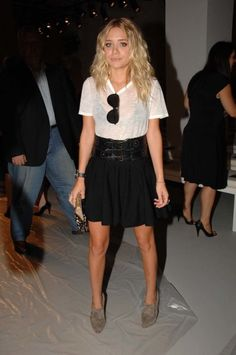 The Olsen twins style file: Actress Ashley Olsen attends Calvin Klein's spring 2008 runway show in New York City. 2000s Fashion Trends, Spring Fashion Trends, Fashion News, Fashion Bloggers, Fall Fashion, Style Fashion, Mary Kate Ashley, Mary Kate Olsen, Elizabeth Olsen
