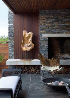El banco de madera pintada, de líneas rectas, completa el estilismo de esta estancia, que combina con los elementos naturales como piel o piedra o leña, y crea un espacio moderno perfecto para una vivienda