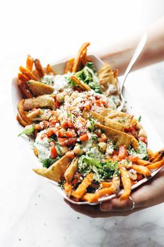 The Healthy Junk Food Alternatives to Curb Your Cravings Healthy Recipes to Try Now: Mediterranean Street Cart Fries Healthy Junk Food, Healthy Snacks, Healthy Recipes, Junk Food Snacks, Vegan Snacks, Eating Healthy, Keto Recipes, Burritos, Appetizer Recipes