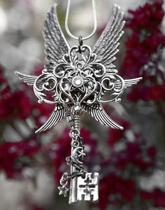 I wish I had this wing star key necklace thingy. Fantasy Jewelry, Gothic Jewelry, The Magic Faraway Tree, Key Jewelry, Jewellery, Old Keys, Dragon Jewelry, Keys Art, Key To My Heart