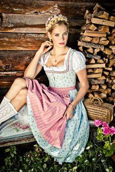2a6ff1879c6c Lena Hoschek Liesi-Dirndl Frühjahr Sommer 2014. Hellblaues Dirndl mit  Streumuster und rosa