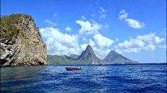 カリブ海の海底で、南米プレートとカリブプレートがぶつかり、火山活動を引き起こしています。そのため、ふたつのプレートの境に沿って火山島が生まれました。セントルシア島も、そのひとつです。