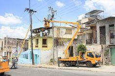 Una escena típica en #Cuba #OBE #electricidad #apagón #luz #reparaciones (Foto: Clara Sanchiz /… https://www.facebook.com/CubanosGuru/