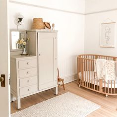 Boho Baby Nursery Room Inspiration by Kids Interiors – Colorful Baby Rooms Vintage Nursery Boy, Antique Nursery, Baby Bedroom, Nursery Room, Kids Bedroom, Nursery Decor, Baby Room Design, Nursery Inspiration, Nursery Ideas