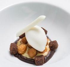 Así define Ricard Camarena (Restaurante Ricard Camarena, Valencia, una estrella Michelin) su creación Café con helado de leche ahumada, mantequilla y macadamias