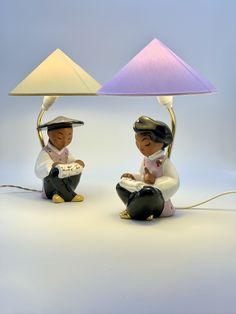 Ein Set von zwei Vintage Wiener Tischlampe lesende chinesische Figur von Carli Bauer, 1950er Beleuchtung Nachtischlampe von RemoVintage auf Etsy Vintage Table, Table Lamp, Etsy, Home Decor, Vintage Table Lamps, Craft Gifts, Lighting, Figurine, Table Lamps