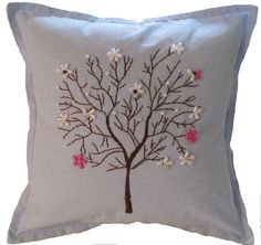 Mano azul bordado árbol almohada por annespillowdesigns en Etsy