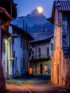 La Sacra e la luna, unite da un magico abbraccio, si affacciano sulle vie del centro storico di Avigliana ---------- 📸 Enrico Pollone Photo #myvalsusa #fotodelgiorno 1826 - 30 dicembre 2020 Country, Beautiful, La Luna, Italy, Rural Area, Country Music