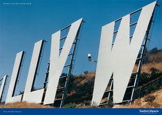 Billy Wilder, der bedeutendste Filmregisseur des Jahrhunderts, geboren in Österreich, auf  einem Kamerakran mit der F.A.Z. in der Hand auf dem Hollywood Zeichen - das eigentlich für die Öffentlichkeit gesperrt ist. © Frankfurter Allgemeine Zeitung (FAZ) http://www.faz.net