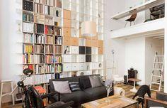 我們看到了。我們是生活@家。: 挑高的客廳,紫色的窗帘,橘紅的吊燈,整面的書櫃,令人發出wow的家!