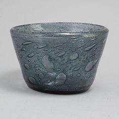 A glass bowl by Kaj Franck for Nuutajärvi Notsjö, Finland. Glass Design, Design Art, Finland, Bukowski, Modern Contemporary, Glass Art, Retro Vintage, Perfume Bottles, Tableware