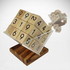 Wenn das normale Papier - Sudoku zu langweilig wird, kommt unser Sudoku Würfel aus Holz mit Ständer ins Spiel. Das knifflige 3D-Sudoku lässt sich garantiert nicht so einfach lösen.