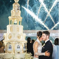 Priyanka Chopra and Nick Jonas' wedding cake was 18 foot tall and had 6 tiers. Nick Jonas' personal chefs prepared it, as per reports. White Wedding Gowns, Wedding Dresses, Gown Wedding, Wedding Bells, Priyanka Chopra Wedding, Lebanese Wedding, Hindu Wedding Ceremony, Wedding Makeup Artist, Insta Look