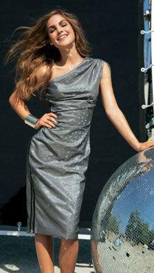 Un tissage métallisé à fine structure sur une coupe drapée à la taille et sur l'épaule, un décolleté asymétrique et détail très high-tech, un zip métallique sur la couture de côté, la robe manie savamment les contraires pour un résultat ultra-glamour.