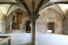 Mayenne: des pierres de 1000 ans: Musée archéologique du château carolingien- ARCHITECTURE CAROLINGIENNE, MAYENNE, 6: Cette construction a probablement été ordonnée par un comte du Maine, alliés locaux du pouvoir Franc: il y est installé un fonctionnaire qui est peut-être à l'origine de la famille de Mayenne, connue au 11°s. Ce fidèle commandait une garnison, car le chateau de Mayenne était une base face aux Bretons qui constituaient alors la principale menace contre l'O du royaume Franc.