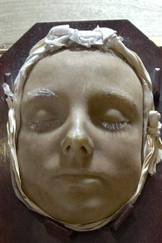 Death mask of anne boleyn - makes me wonder if they did this before or after her beheading???? Going to do some more research to see if this is real:)