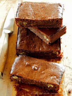 Brownie au chocolat, purée d'amande et haricots rouges 60 g de chocolat noir pâtissier / 100 g de purée d'amande / 50 g de haricots rouges azukis secs (ou 180 g cuits) / 1 yaourt de soja / 80 g de sirop d'agave / 2 cuillères à soupe de fécule de maïs (type Maïzena) / 50 g de noix hachées / 2 cuillères à café de café soluble / poudre de vanille / sel