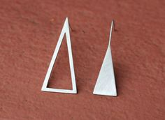 Triangle earrings in 950 silver.