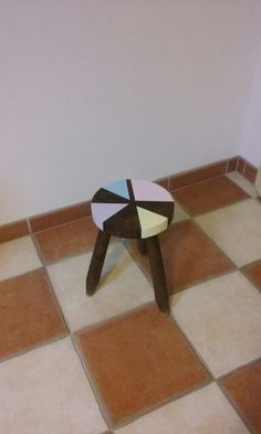 Petit tabouret géométrique et coloré ▶