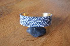 Tissage de perles japonaises Miyuki monté sur un bracelet laiton de 2cm de large. Le tissage forme un motif traditionnel japonais : Kumi-kikkou. Les perles utilisées sont bleu-g - 17650947
